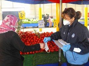Karabağlar'da pazaryerlerine maske ve eldiven dağıtıldı
