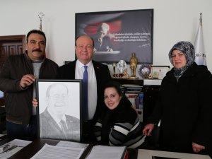 BEDENSEL ENGELLİ RABİA'DAN BAŞKAN ÖZAKCAN'A ANLAMLI HEDİYE