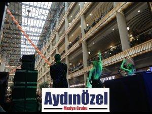 Demet Akalın Home City Pendik Mobilya ve Dekorasyon Alışveriş Merkezi'nde Hayranları ile Buluştu